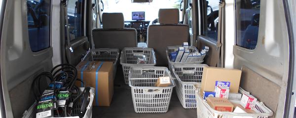 自動車部品を荷台に積んでいるシーン