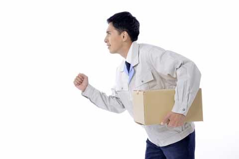 荷物を運ぶ軽貨物ドライバー